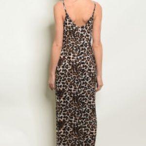 Dresses & Skirts - Leopard print maxi dress with side pockets